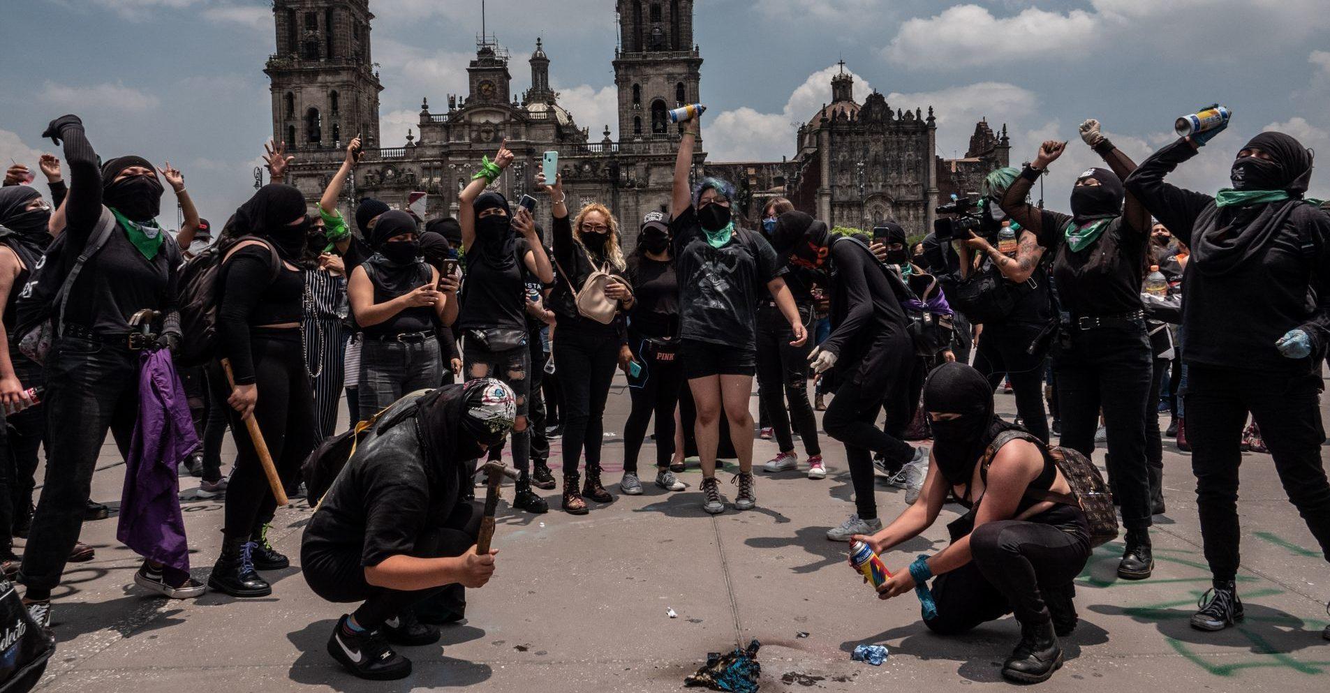 Mujeres marcharon en CDMX para exigir despenalización del aborto; colectivas acusan abuso policial