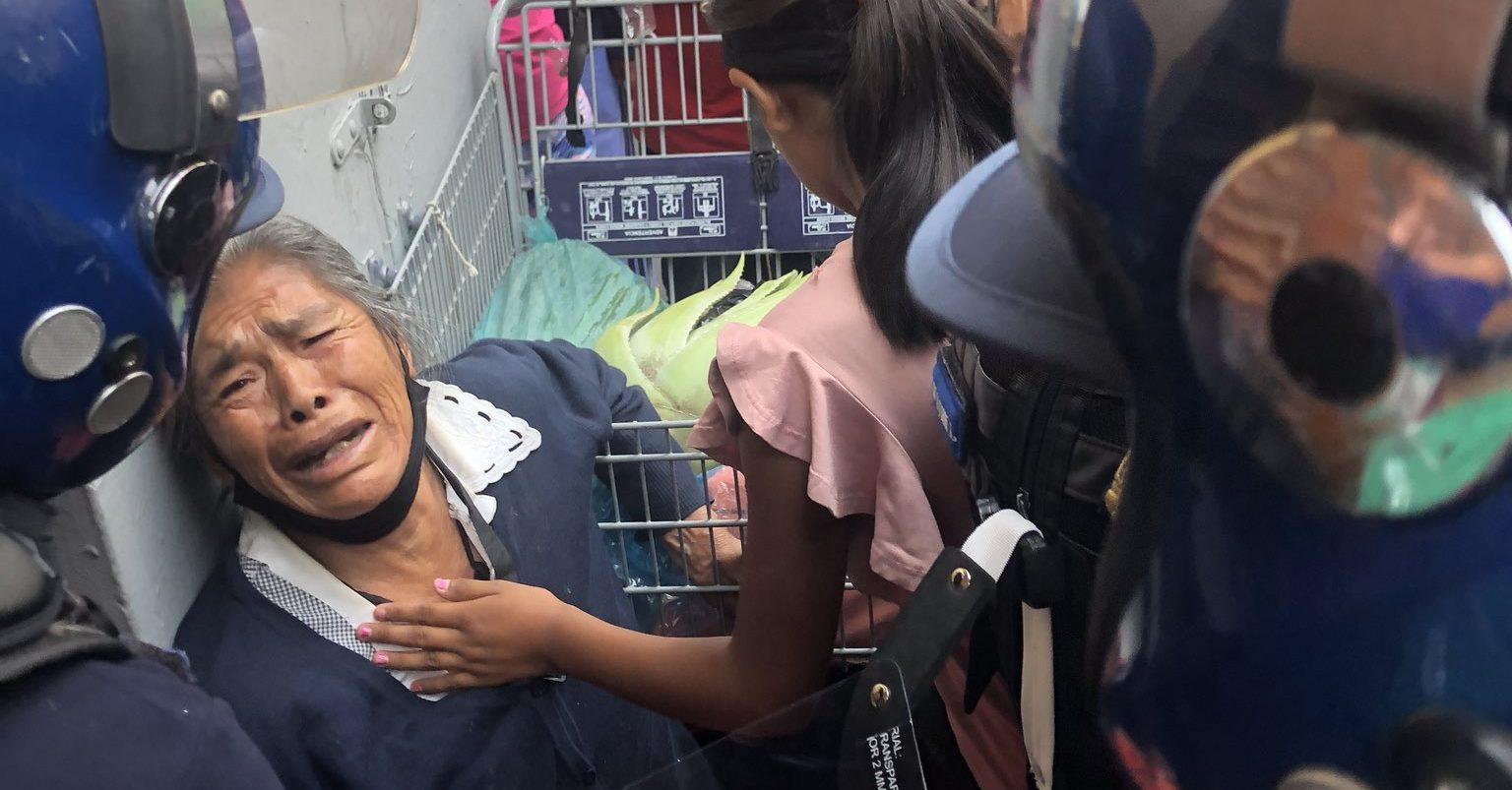 Policías agreden a adulta mayor que vendía yerbas en el centro de CDMX