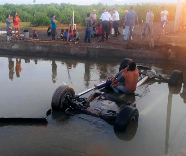 Camioneta con trabajadores del campo cae a un canal; murió niño de 5 años, otro está desaparecido (Colima)