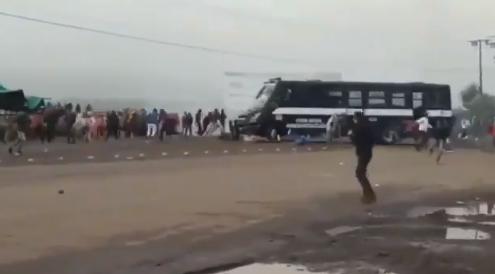 Se enfrentan normalistas y policías de Michoacán; vehículo arrolla a manifestantes
