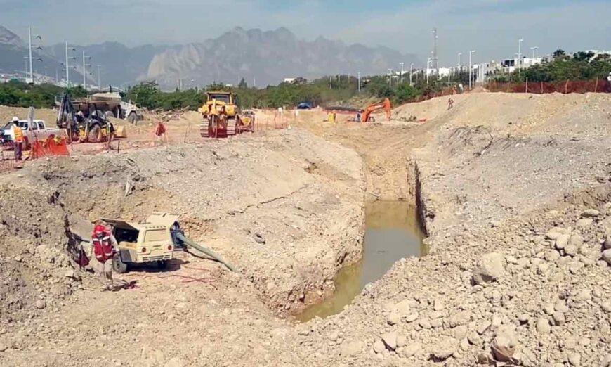 Denuncian construcción de carretera sin permiso en el lecho del río Santa Catarina (Nuevo León)