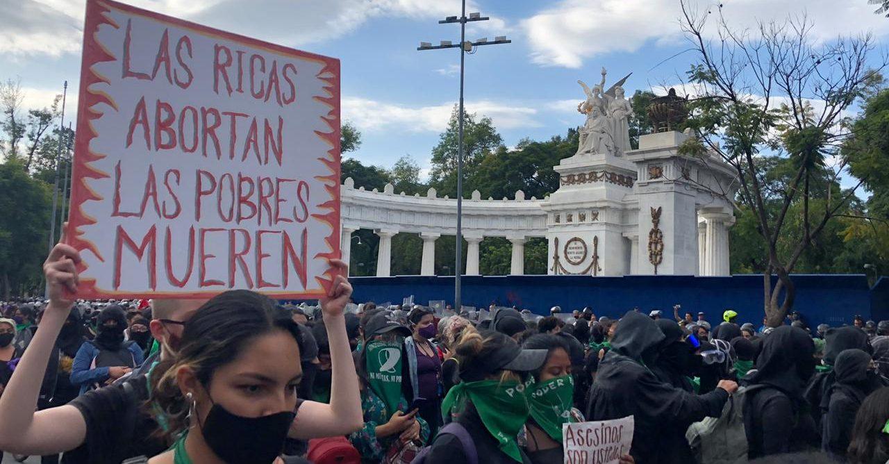 Descalificaciones, represión, violencia: así fue la jornada por la despenalización del aborto en la CDMX