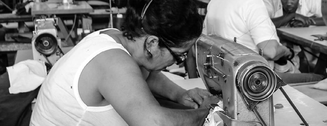 """Maquila """"Calzado Stefmary S.A. de C.V."""" liquida a trabajadoras con zapatos y máquinas (Jalisco)"""