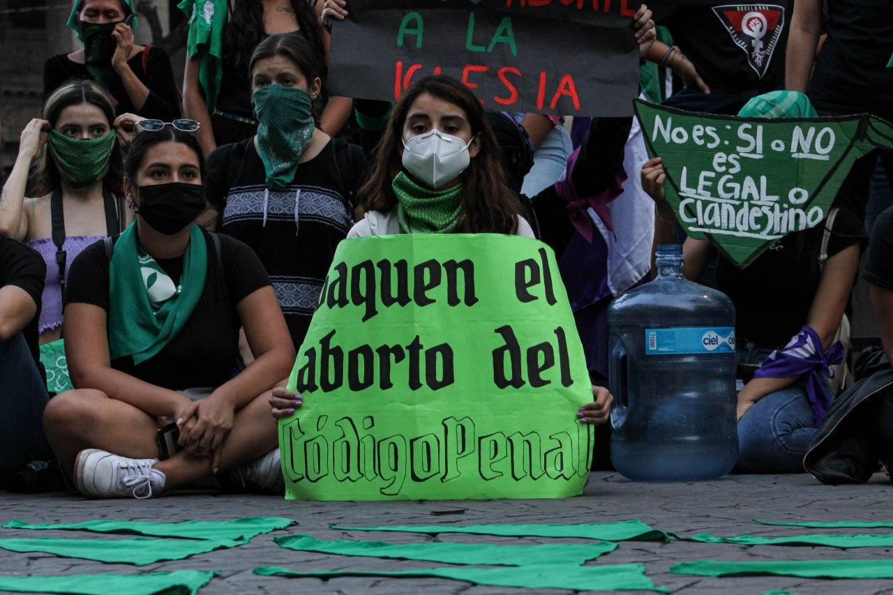 """""""Ni muertas, ni presas, nos queremos libres y sin miedo"""": Demandas del #28S en Guadalajara (Jalisco)"""