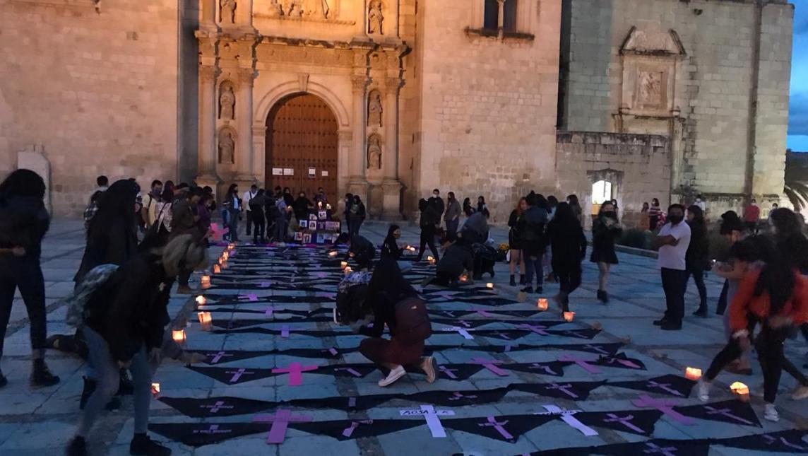 Feministas hacen ofrenda por las mujeres asesinadas en Oaxaca