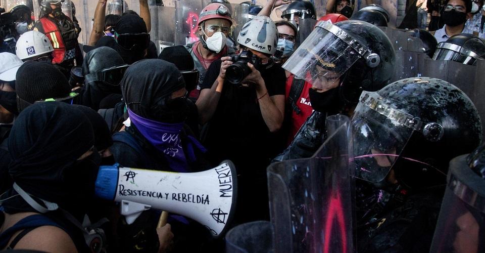 Encapsulan a protesta feminista en CDMX; autoridades dicen que hay diálogo