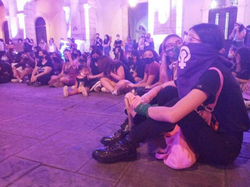 """""""¡Ni una menos, ni una más!"""": Protestan mujeres en la Plaza Grande de Mérida contra la violencia de género este 25N"""