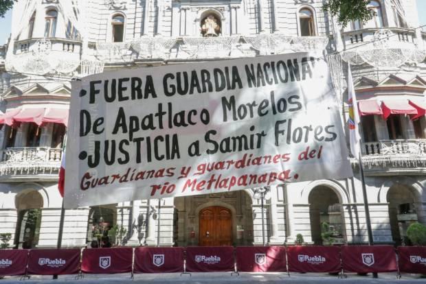 Protestan en el zócalo de Puebla por desalojo de plantón en Morelos