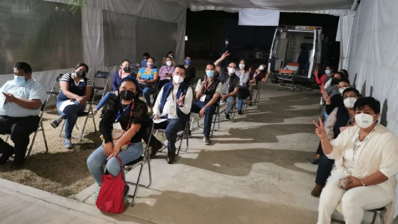 """Vacunan a burócratas y a """"cuates"""" antes que a médicos, denuncian trabajadores de salud de Oaxaca"""