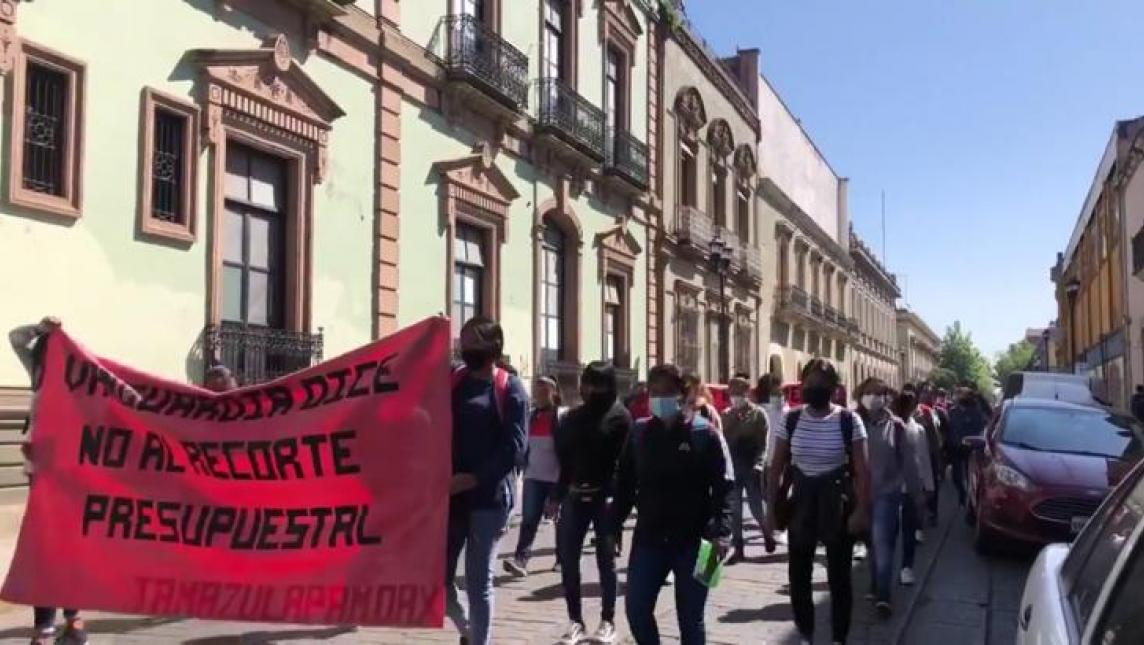 Normalistas de Tamazulapam marchan en contra de recorte presupuestal de su institución (Oaxaca)