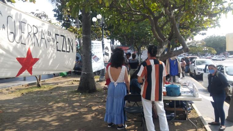 Red de Resistencia y Rebeldía instala bazar colectivo de artesanías (Veracruz)