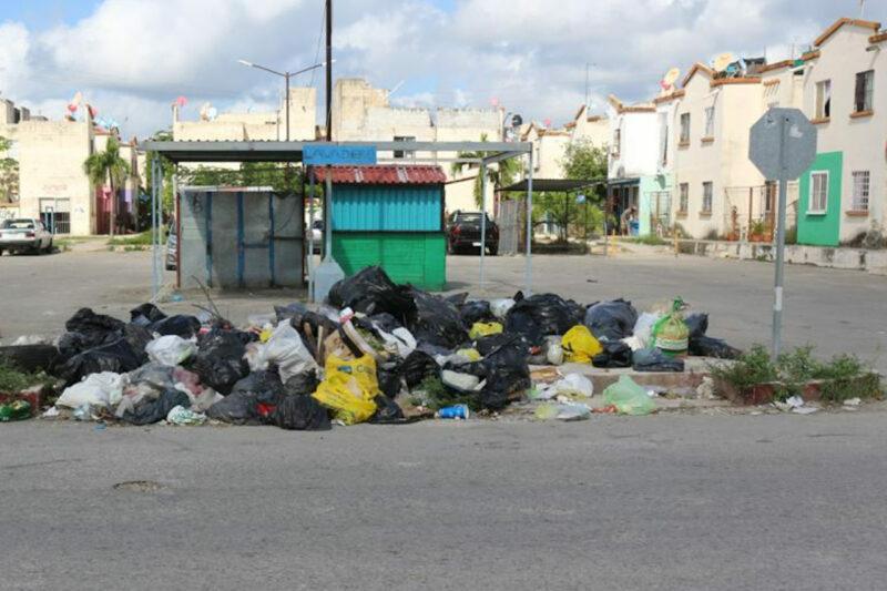 Sumergen a Cancún en mar de basura