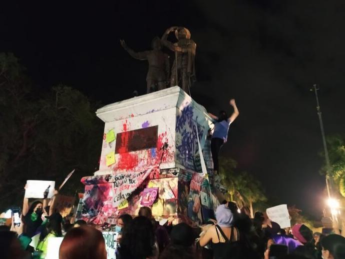 """""""Mi exnovio me quiso cortar el cuello"""": Marcharon en Yucatán cientos de mujeres sobrevivientes de la violencia machista"""