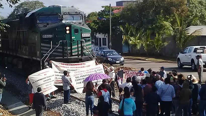 Pueblos mixes bloquean tren en el Istmo (Oaxaca)