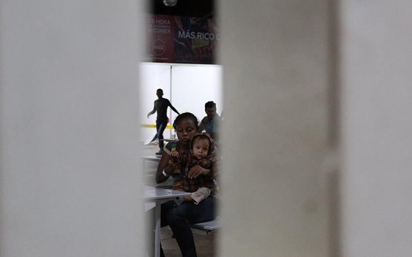 Miles de migrantes esperan en la frontera norte trámite de asilo
