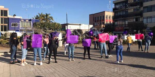 Protestan mujeres en Palacio de Gobierno; exigen la detención de presunto abusador (Nayarit)
