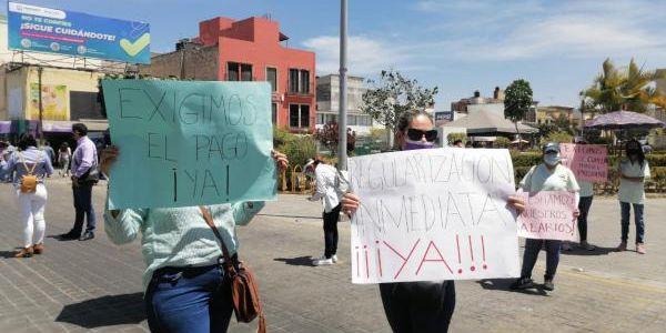 Se manifiestan trabajadores de centros infantiles por falta de pago frente a Palacio de Gobierno (Nayarit)