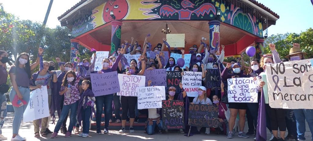 """""""No nos felicites, únete"""" mujeres de Bahía de Banderas se manifiestan (Nayarit)"""