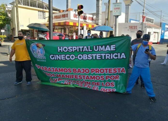 Trabajadores del IMSS piden se vacune a todo el personal de salud (Jalisco)