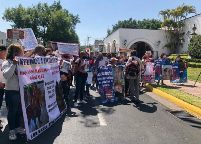 Exigen familias la localización de sus desaparecidos frente a Casa Jalisco