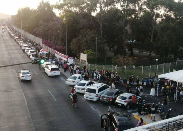 Reducción de puntos de vacunación genera molestia y aglomeraciones en Tlaquepaque (Jalisco)