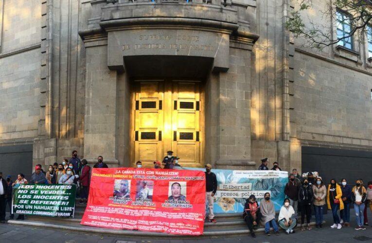 Exigen libertad a presos políticos en Michoacán afuera de SCJN