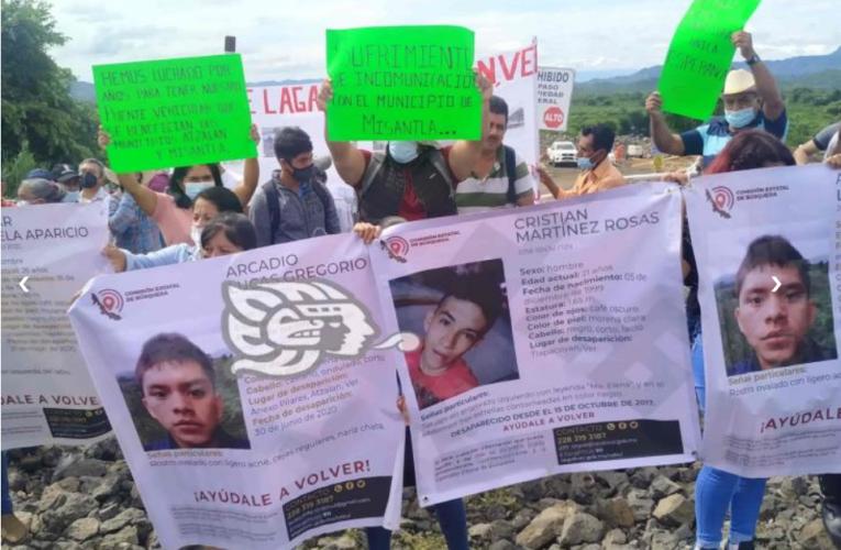 Protestan familiares de desaparecidos en visita de AMLO al norte de Veracruz