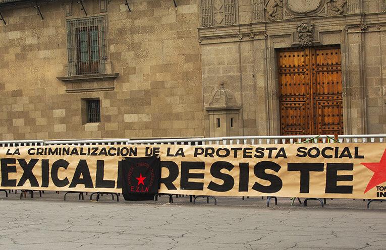 Protestan en Palacio Nacional por persecución al colectivo Mexicali Resiste