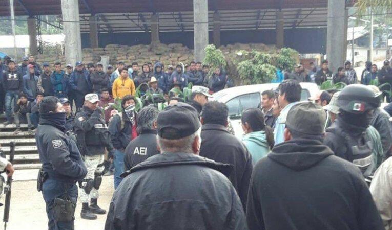 Retienen a elementos de la GN, la AEI, ministerios públicos y peritos en Santiago Textitlán, Oaxaca