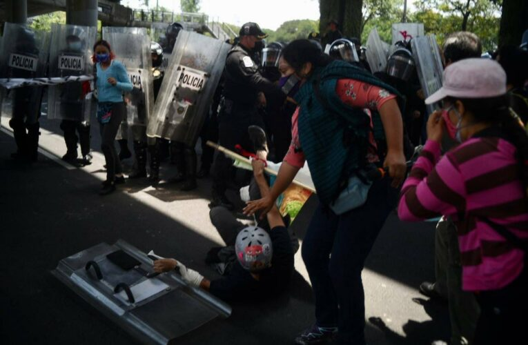Policías agreden a manifestantes durante protesta #YoProtejoElHumedal de Xochimilco