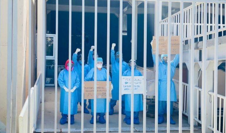 Personal de salud protesta por el despido de 2 mil 100 trabadores en Oaxaca