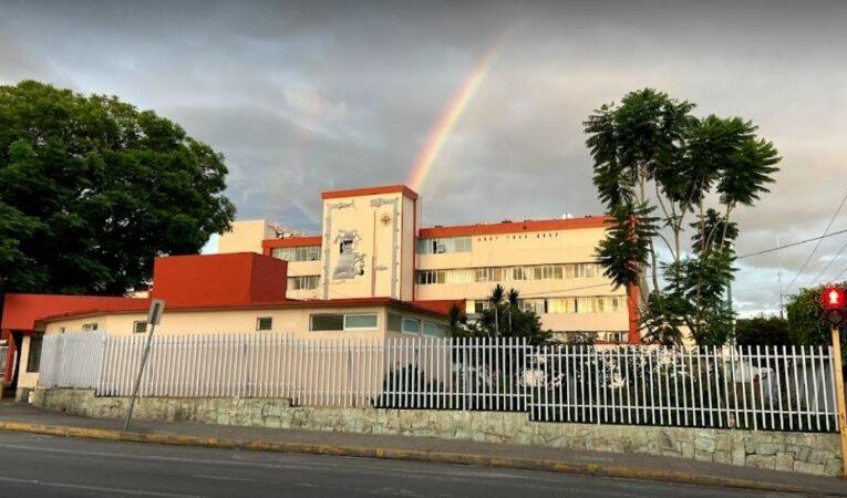 Familiares de enfermos limpian baños en hospital de Oaxaca para evitar focos de infección