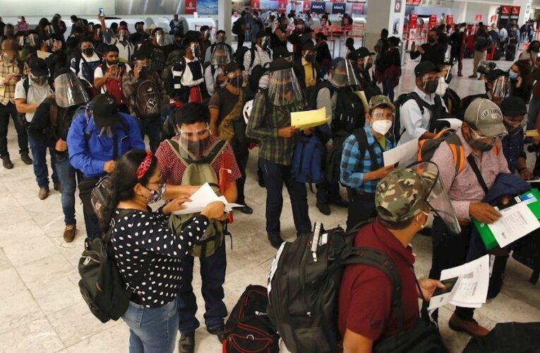Cientos dan calurosa bienvenida a delegación de zapatistas en el aeropuerto de Viena