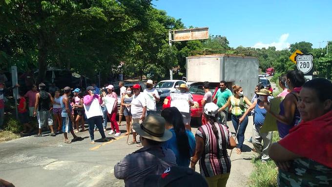 Habitantes de Armería llevan 20 días sin agua; bloquean carretera y exigen solución (Colima)