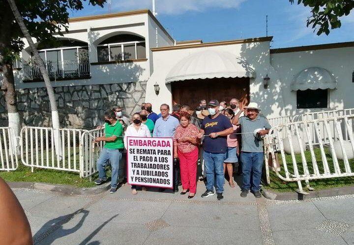 Pensionados y jubilados embargan y quieren rematar Casa de Gobierno (Colima)