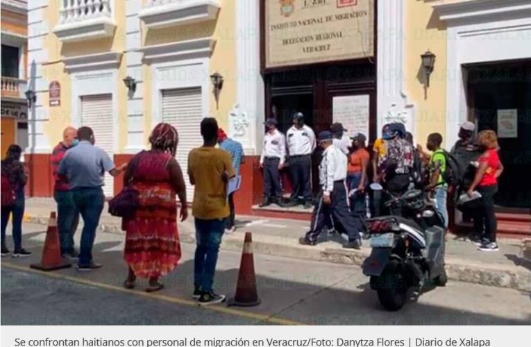 Se confrontan Haitianos con personal de migración, en Veracruz